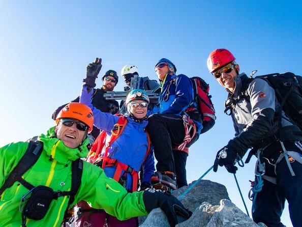 Unsere beiden Seilschaften auf dem Gipfel des Nadelhorns