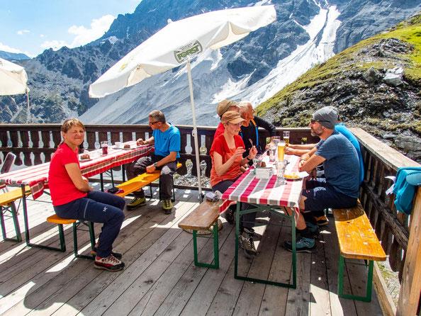 Auf der Tabarettahütte lässt es sich gut speisen und die Aussicht genießen.