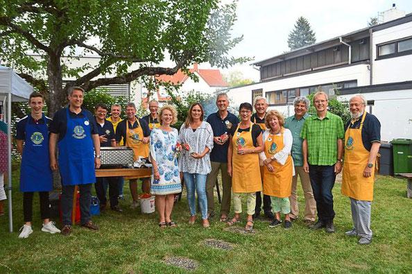 Die Mitglieder der Lions Freizeitwerkstatt und die Organisatoren des Arbeitskreises Asyl freuen sich über die gute Zusammenarbeit beim Sommerfest. Foto: Kratt Schwarzwälder Bote