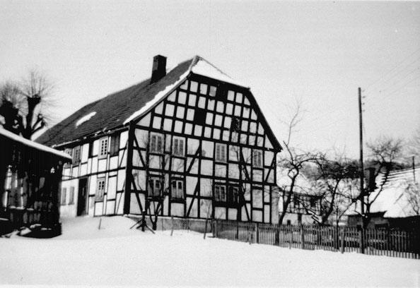 Dieses stattliche Bauernhaus stand in Sallinghausen, wurde dort abgerissen, verkauft und in Hengsbeck wieder aufgebaut.
