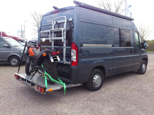 Motorradbühne mit bis zu 250kg Traglast an einem Kastenwagen