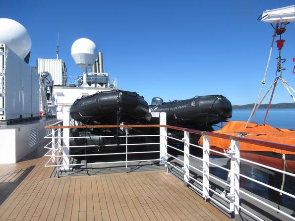 ゴムボートと救命艇