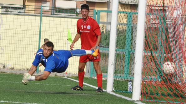 Nella foto il primo gol subito da Lorenzo Di Giovanni all'esordio in Prima Categoria