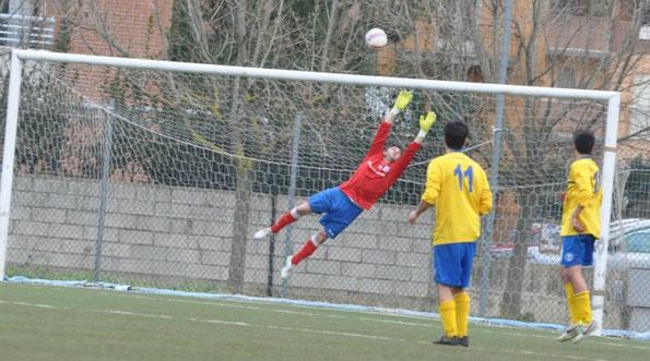 Nella foto il gol partita di Leone, il cui tiro è stato deviato fortunosamente dalla testa di un un compagno e si è insaccata sotto l'incrocio dei pali.