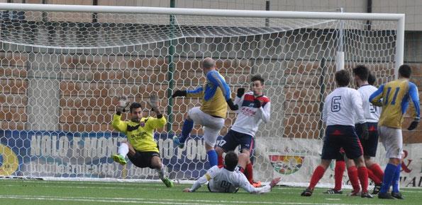 Nella foto la rete fallita dal difensore Marco Di Giosaffatte che a pochi metri da Oddi, colpisce il difensore avversaio