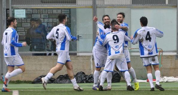 Emanuele Falone viene festeggiato dai compagni di squadra dopo la prima rete dei biancazzurri ('23)