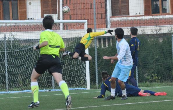 Nella foto il gol del 2-0 messo a segno da Pavone con un perfetto tiro a giro