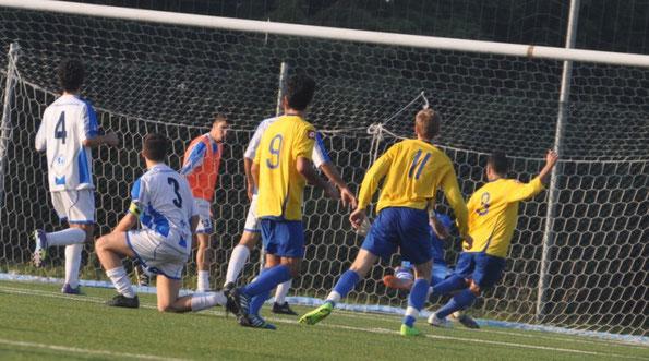 Nella foto il primo gol di Giampaolo, assistito da uno scellerato passaggio degli avversari