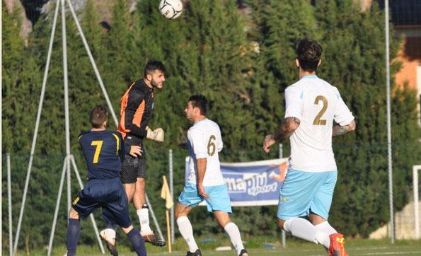 Nella foto Umberto Pirmavera, reattivo ad anticipare di testa un avversario fuori dall'area di rigore