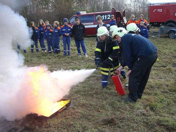 unser stellv. Jugendwart erklärt den richtigen Umgang mit Feuerlöschern und jeder darf mal ausprobieren
