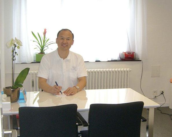TCM-Spezialist Zhou Wei für Akupunktur, Tuina-Massage und Kräutertherapie, 30 Jahre Klinische Erfahrung, 7 Jahre TCM-Facharzt an der Hirslanden MediQi Klinik in Baden und Aarau