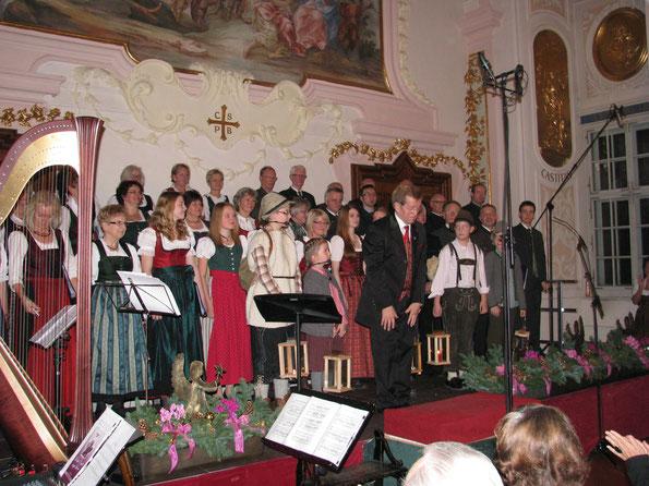 Der Chorleiter bedankt sich beim treuen Publikum.