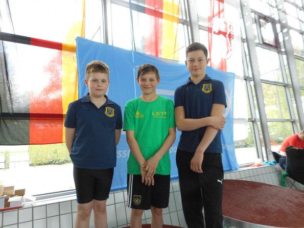 Teilnehmer der Landesjahrgangsmeisterschaften 2015 (v.l.) Willy Fieger, Justus Tietjen (Stader SV) und Frederik Pilarski