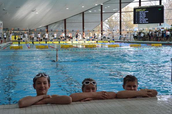 Unsere Buxtehuder Schwimmer bei den Landesjahrgangsmeisterschaften v. l. Frederik Pilarski, Ellen Radtke und Willy Fieger