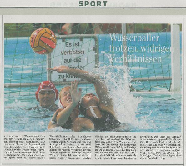 Hamburger Abendblatt vom 9. September 2015: Buxtehuder Wasserballturnier 2015. Bild vom Spiel der Frauen TKJ Sarstedt-Zepta Ter Apel (Niederlande). Foto: Witte