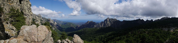 Blick nach Norden auf die Aiguilles de Bavella, ganz rechts der Col de Bavella (1218 m) / Korsika