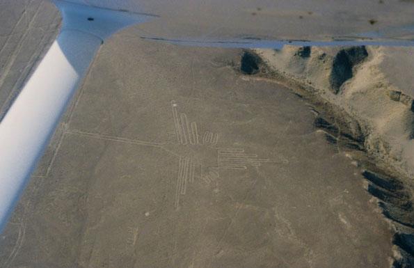 Blick vom Flugzeug auf die Nasca Geoglyphe Kolibri