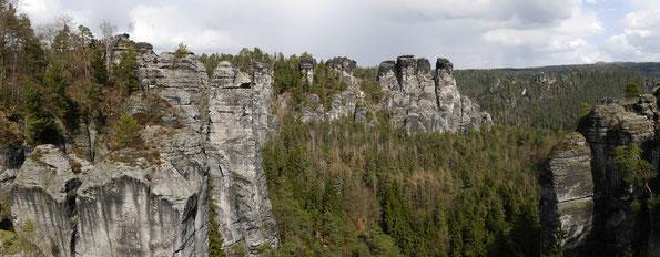 Blick von der Bastei in den Felskessel von Rathen