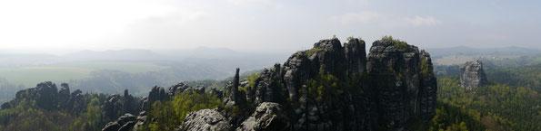 Blick von der Schrammsteinaussicht - Bitte das Panorama anklicken für eine grössere Ansicht