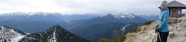 Blick vom Herzogstand über den Martinskopf ins Karwendel und Wettersteingebirge