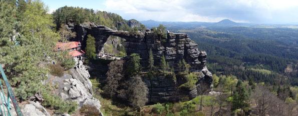 Das Prebischtor in der Böhmischen Schweiz, ist die größte natürliche Sandstein-Felsbrücke Europas.
