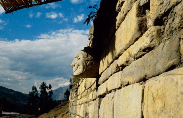 Cabezas Clavas in den Mauern des Castillos (Chavin de Huantar)