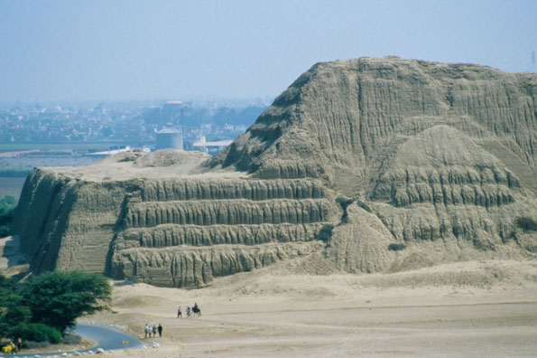 Huaca del Sol (Sonnenpyramide) in Peru)