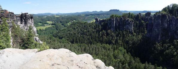 Blick von der Wehlnadel zur Bastei und zum Tafelberg Lilienstein