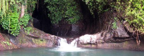 Natürlicher Flusspool vor grandioser Felswand