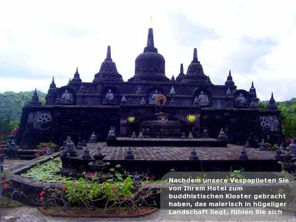 Nachdem unsere Vespapiloten Sie von Ihrem Hotel zum buddhistischen Kloster gebracht haben, das malerisch in hügeliger Landschaft liegt, fühlen Sie sich fast wie in Java am berühmten Tempel von Borobud