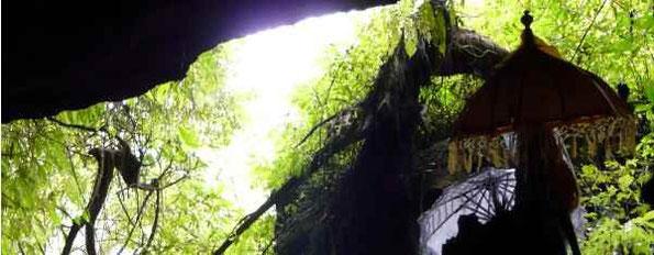 Blick aus der Höhle - Tempelschirme sind zu erkennen