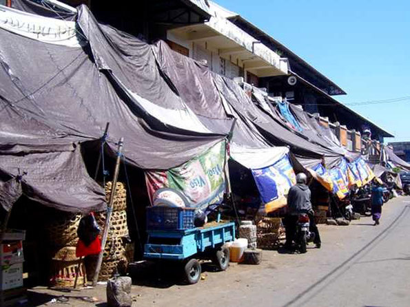 Marktgebäude mit Planen als Sonnenschutz