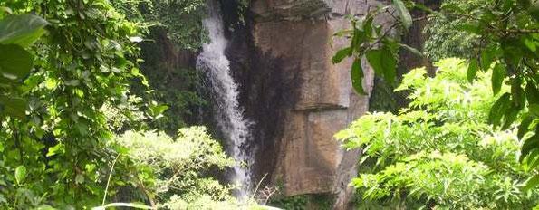Ausschnitt Wasserfall mit Felswand