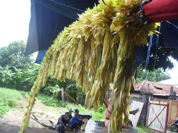 mit Schmuck aus Palmblättern verzierter Bambus