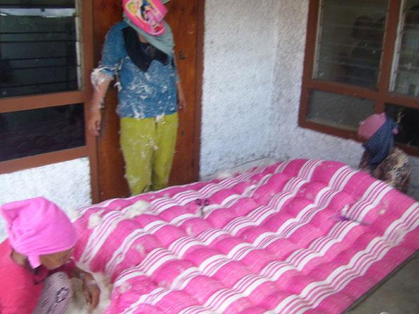 neue matratze gesucht hier werden matratzen zuhause passgenau gefertigt bali vespa tour. Black Bedroom Furniture Sets. Home Design Ideas
