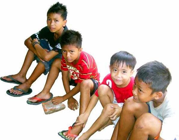 Kinder am Boden sitzend