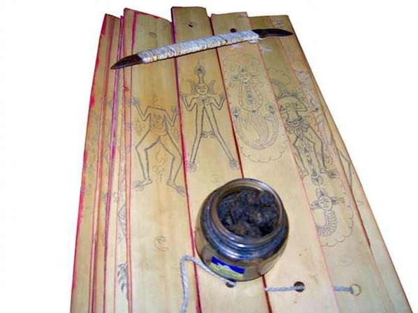 Lontarblätter mit Werkzeugen