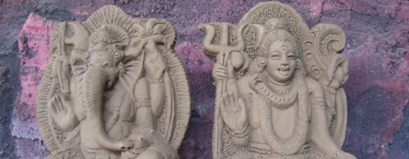 zwei hinduistische Götterstatuen
