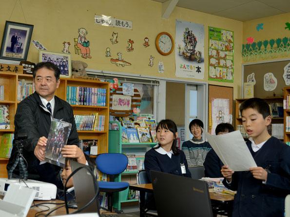 講師の先生に真鍋島の紹介をします。真鍋島が誇る毎年五月の走り神輿の解説です。