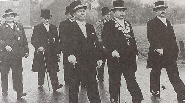vordere Reihe: Minister Andreas Tillmanns, König Heinrich Konnertz, Minister Hannes Schmitter