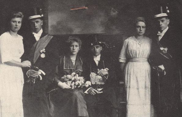 Michael Schmitz, 1921 als letzter Pescher Bürger Schützenkönig von Korschenbroich. Die Königin ist Katharina Deuß, spätere Frau Herman Thomas. Minister sind Theodor Köhnes (links) und Karl Beyer (rechts) beide mit ihren Schwestern.