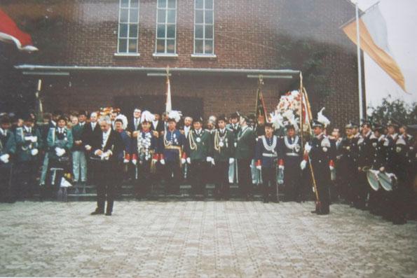1975 - Zapfenstreich & Ordensverleihung auf dem Kirchen Vorplatz