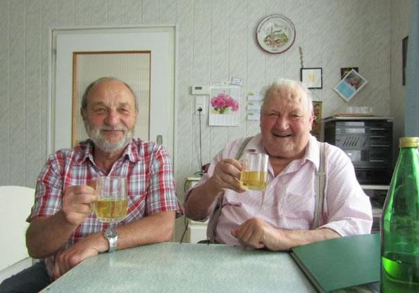 Der Apfelsaft aus den vielen selbst gepflanzten Apfelbäumen im Ort schmeckt herrlich, Johann Neumayer und Karl Paul (rechts) stoßen an.