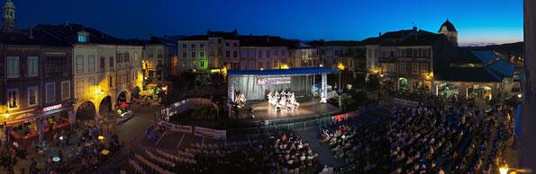 La Slovaquie vient de rentrer sur scène, le public continu à remplir la place Valentin Abeille... Cliquez sur la photo pour l'agrandir !