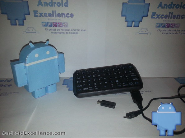 Mini teclado bluetooth más cargador de MobileFun