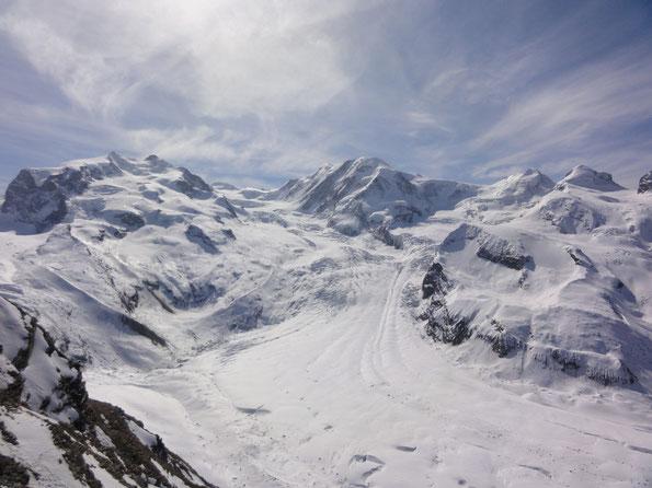 Los Glaciares del Gornergrat, en medio el Lyskamm, foto tomada en Suiza en April 2011.
