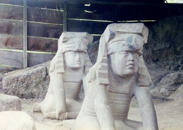 """Die wunderbaren """"Zwillinge"""" an ihrem Fundplatz an der Pyramide von Azuzul, mit Bewilligung von Abuelo Felipe, 1987."""