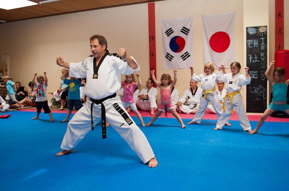 Bereits die Kleinsten sind mit Begeisterung dabei und stärken dabei unbemerkt die Konzentration, Koordination sowie Selbstvertrauen und Disziplin .