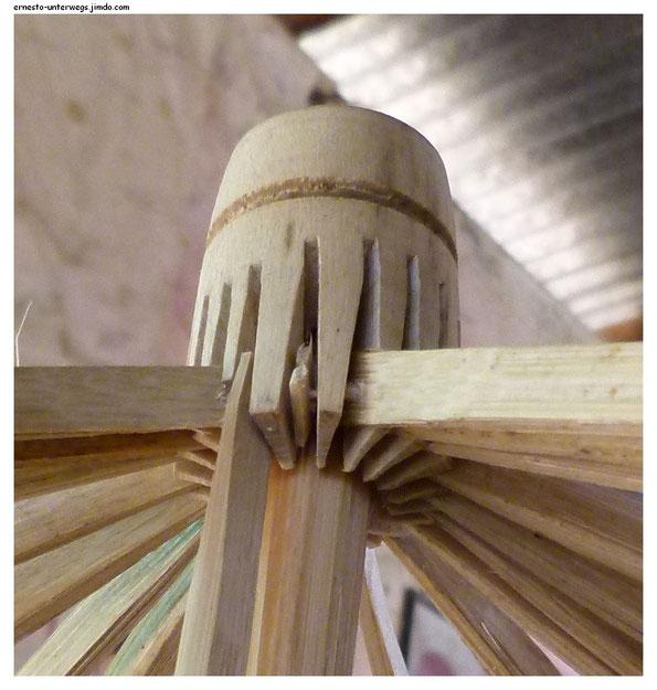 """Die """"Zentrale"""" eines Schirmes in der Handfertigung"""