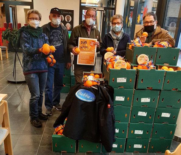 Max und Helmut beim Ausladen der Orangen am Martinszentrum